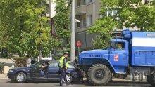 ЗИЛ се вряза в кола в центъра на София (снимки)