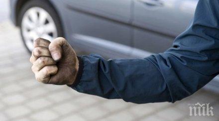 """Пак бой на пътя! 18-годишен с """"Мерцедес"""" настигна друг водач, наби го и изпотроши колата му"""