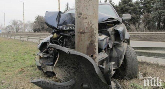 Кола се блъсна в стълб на булевард във Варна