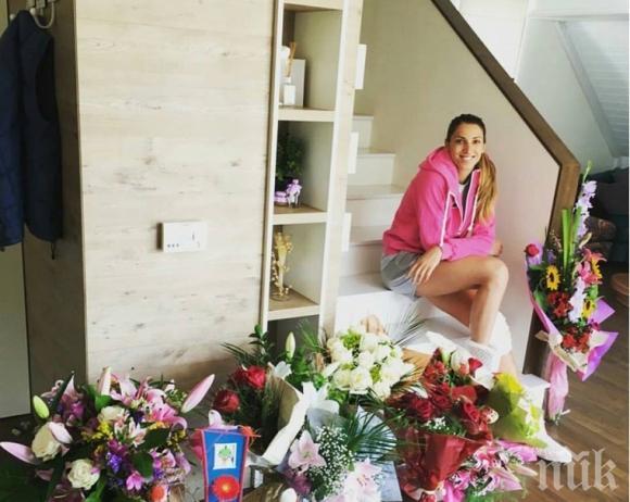 贈り物の花に囲まれているエリツァ・バシレバのかわいい画像