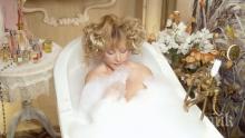 ГОРЕЩИ КАДРИ: 67-годишната Алла Пугачова засне гола фотосесия във вана