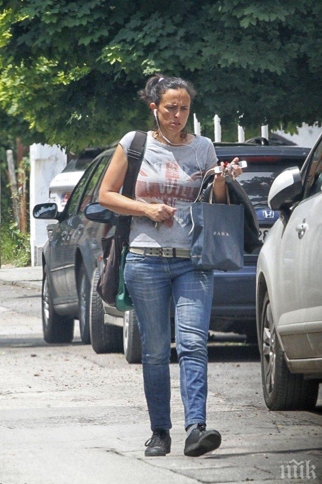 ФОТО БОМБА В ПИК! Генка Шикерова замяза на лелка - сбръчка се като Лили Иванова (папарашки снимки)