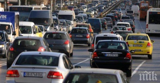 Зверско задръстване на магистралата София - Пловдив! Шофьорите стоят вече час под палещото слънце и не могат да помръднат (снимки)