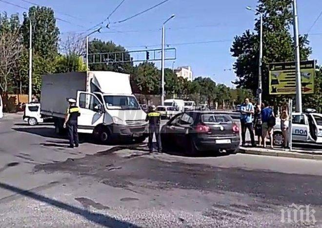 Меле в Пловдив! Камион и кола се удариха преди минути (ВИДЕО)