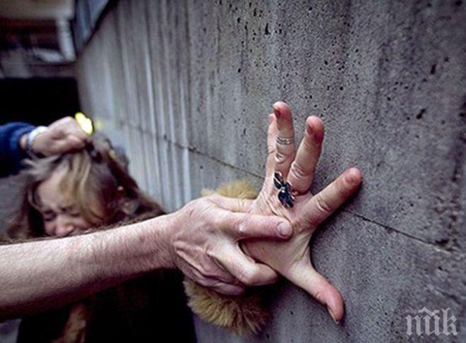 Ужас в Германия! Мигранти изнасилват наред край открити басейни в Дюселдорф