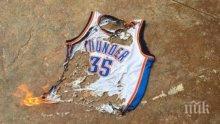 Гневни фенове на Оклахома горят фланелки на Кевин Дюрант