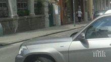 Пишман-инструктор показа как не се паркира: Блокира с джипа си улица в центъра на Пловдив (СНИМКИ)
