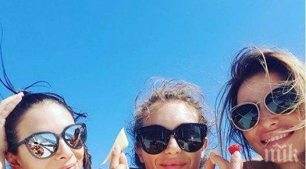 Никол Станкулова побърка гларусите на плажа, почива само с приятелки