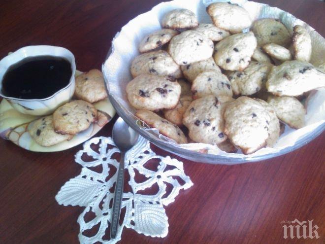 Маслени бисквити с парченца шоколад