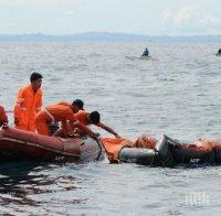 Намериха два живи рибари от потъналия траулер край Бангладеш