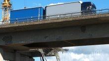 Пешеходен мост рухна над шосе