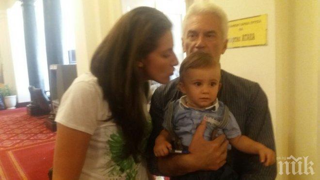 ПЪРВО В ПИК! Волен Сидеров показа бебето в парламента - политикът доведе сина си и Деница на работа (СНИМКА)