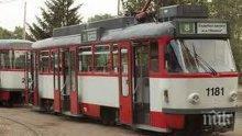 """НА РЕЛСИТЕ! Трамвай блъсна кола в """"Люлин"""", по чудо няма жертви"""