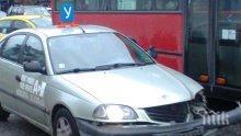 Сакатлък! Учебна кола се напъха под рейс в Пловдив