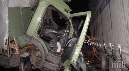 ИЗВЪНРЕДНО В ПИК TV! Пожарникари режат ламарини, спасяват шофьора от мелето в Кресненското дефиле