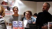 Сексбомба продава пуканки! Скарлет Йохансон шашна клиентите на бутика си в Париж