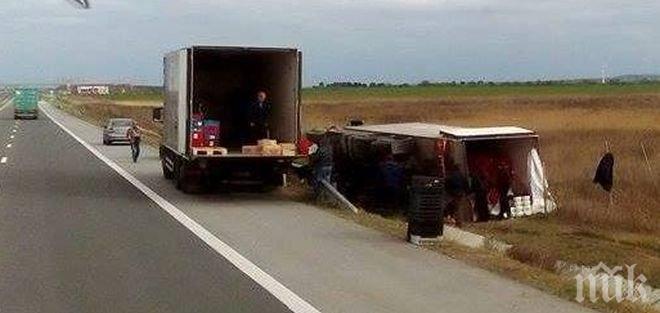 ТИР се обърна на магистрала Струма, движението е затруднено