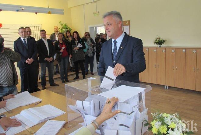 Вицето на Цачева гласува за стабилна, уважавана и мирна България (СНИМКИ)