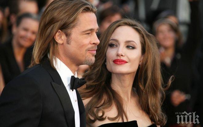 Като във филма Мистър и миси Смит! Пит държи Джоли с компроматни бомби