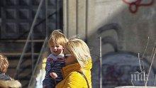 """САМО В ПИК И """"РЕТРО""""! Лора Крумова крещи на сина си в мол - водещата тероризира и детето, и мъжа си като деспот"""