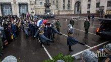 Русия се прощава със загиналия посланик Андрей Карлов, Путин поднесе тъмночервени рози (снимки)