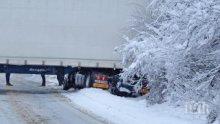 ИЗВЪНРЕДНО! ТИР се завъртя на снега и блокира пътя Ябланица-Боаза