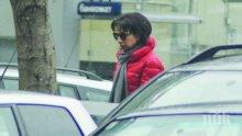 """САМО В ПИК И """"РЕТРО""""! Цветанка Ризова лудна от бръчки - водещата с тъмни очила в снега (ПАПАРАШКИ СНИМКИ)"""