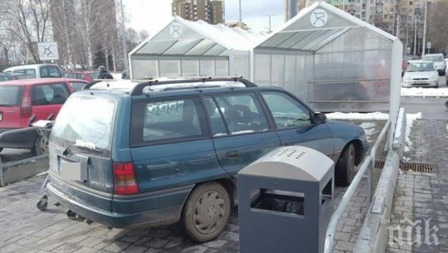 УНИКУМ: Ето как паркира перничан (СНИМКИ)