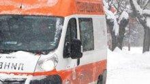 Линейка с родилка закъса в снежните преспи на пътя за Лом
