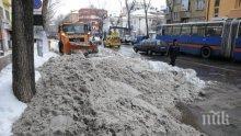БОРБАТА ПРОДЪЛЖАВА! Цяла нощ снегорини чистиха София, но градът остава в преспи – не излизайте без необходимост