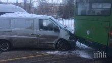 Тежък инцидент! Бус се заби в рейс на градския транспорт във Варна (СНИМКИ)