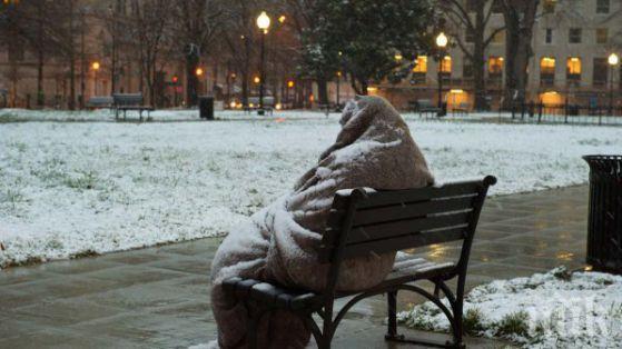 Шок в Пловдив! Бездомник умря от студ на жп гарата