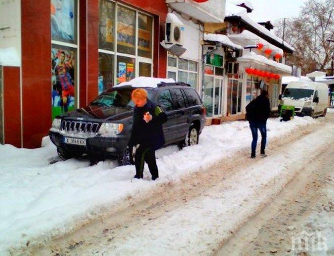 НАГЛЕЦ! Хасковски тарикат паркира така в Пловдив