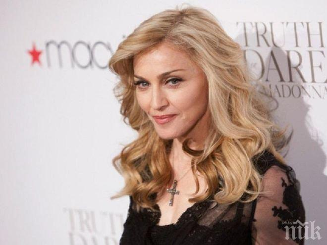 ХИТ В МРЕЖАТА! 58-годишната Мадона се пусна по жартиери (ГОРЕЩИ СНИМКИ)