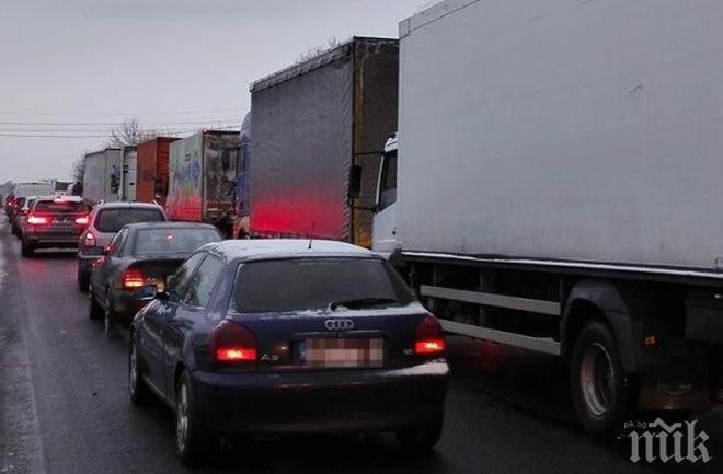 "Километрични опашки на изхода на Бургас заради затворената АМ ""Тракия"""