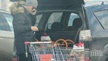 САМО В ПИК И &quot;РЕТРО&quot;! Виктор Николаев – домакиня за пример, тв водещият сам пазарува и се грижи за семейството (ПАПАРАШКИ СНИМКИ)</p><p>
