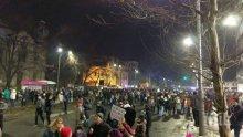 В Букурещ става страшно! Извеждат с охрана политиците от Министерския съвет (ВИДЕО)
