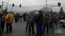 """ПРОТЕСТ! """"Горубляне"""" иска канализация, жители на квартала затвориха Околовръстното"""