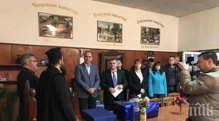 """Цветан Цветанов направи дарение от името на ГЕРБ на църквата """"Св. Кирил и Методий"""" в Монтана (СНИМКИ)"""
