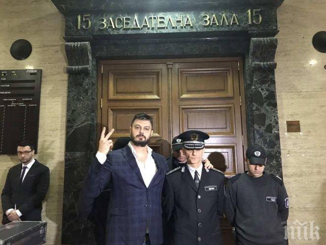 ПЪРВО В ПИК TV! Бареков скача на Лозан Панов в Съдебната палата - громи го, че слугува на олигарси: Вие сте мафията! (ОБНОВЕНА/СНИМКИ)