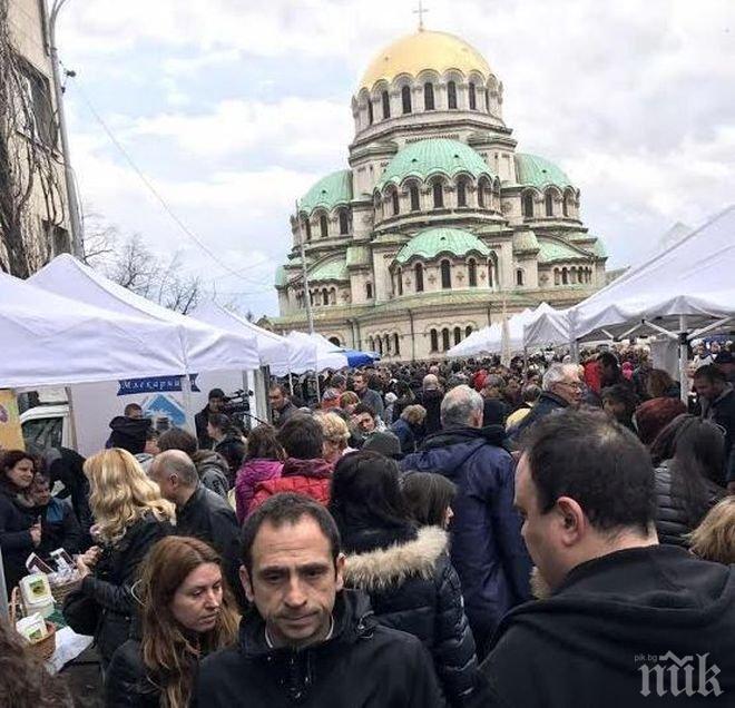 Хиляди се стекоха на фермерския пазар в София