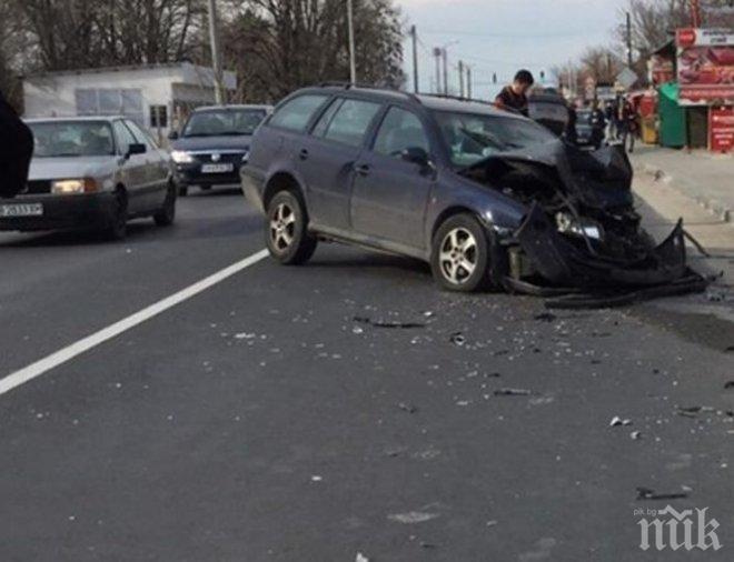 БЕЗУМИЕ! Шофьорът, помлял 2 коли в село Труд, бил много пиян (СНИМКИ)