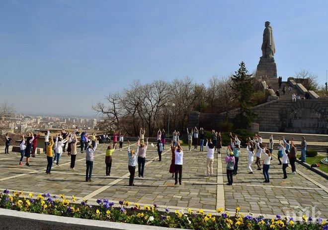 Последователите на Дънов се разтанцуваха в Пловдив (СНИМКА)