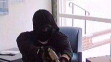 ИЗВЪНРЕДНО! Въоръжен грабеж в Студентски град! Маскирани с пушки отмъкнаха 500 лева от копирен център, 20 ченгета ги изловиха от засада