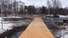 Така се прави: Покриха асфалта с паркет дни преди посещението на президента