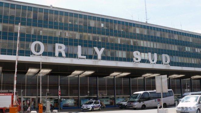 ПОДЛО! Камера заснела атаката на парижкото летище Орли, екстремистът нападнал в гръб