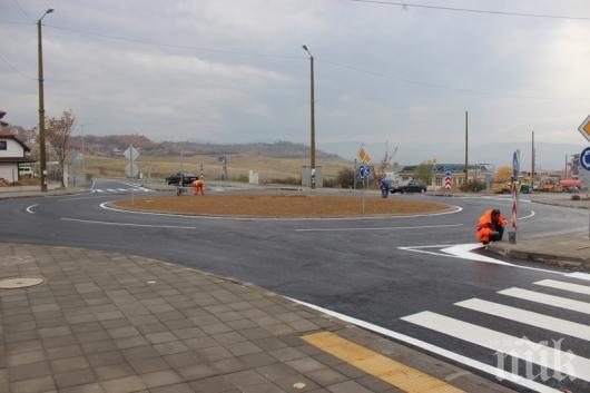 ТИР отнесе част от кръговото на Е-79 край Благоевград