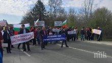САМО В ПИК! И Христо Гърбов с протестиращите в Царево, дори бунгало не можел да си сложи в имота (СНИМКИ)