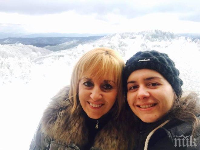 БАБА! Омбудсманът Мая Манолова чака първо внуче през юни