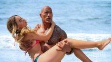 """ГОРЕЩИ СНИМКИ! Епична битка между Скалата и Приянка Чопра в новия """"Спасители на плажа"""""""